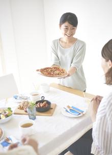 ピザを差し出す女性 FYI01033178