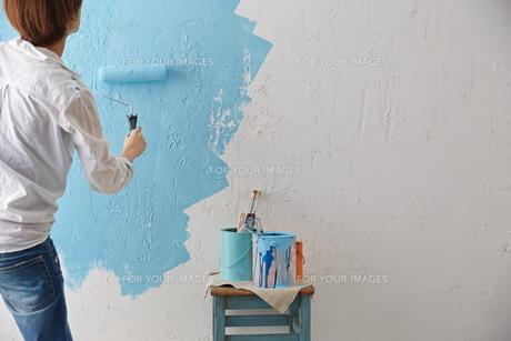 DIYをする女性 FYI01033183