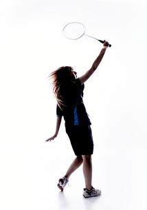 バトミントンをする女性のシルエット FYI01033185