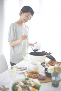 スープを取り分ける女性の素材 [FYI01033187]