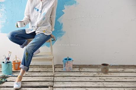 DIYをする女性 FYI01033191