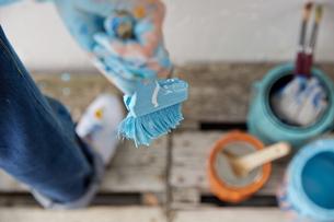 DIYをする女性 FYI01033197