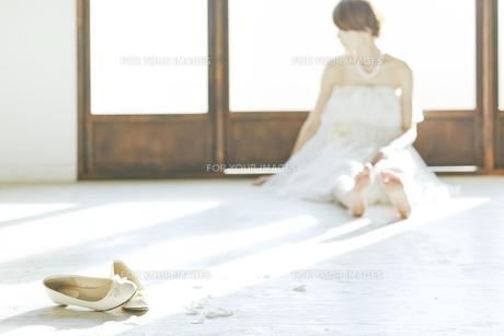 窓際に座り込む新婦と靴 FYI01033198