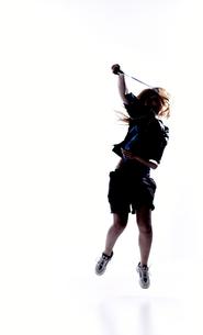 バトミントンをする女性のシルエット FYI01033203