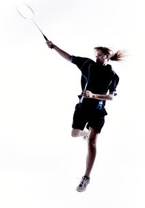 バトミントンをする女性のシルエット FYI01033211
