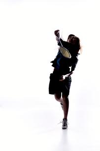 バトミントンをする女性のシルエット FYI01033212