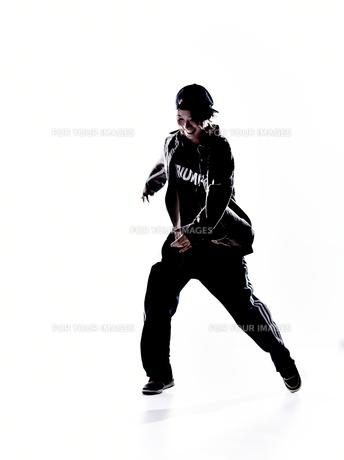 ダンスをする女性のシルエットの素材 [FYI01033214]