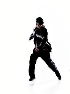 ダンスをする女性のシルエット FYI01033214