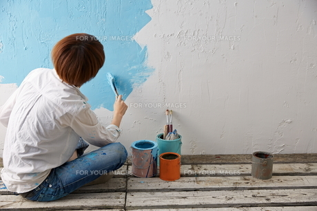 DIYをする女性 FYI01033216