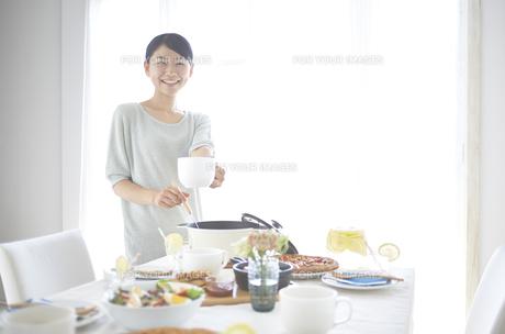 スープを取り分ける女性 FYI01033230