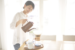 コーヒーを入れている女性 FYI01033235