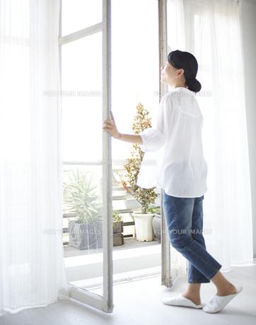 窓を開ける女性 FYI01033251