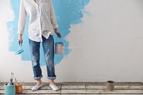 DIYをする女性 FYI01033279