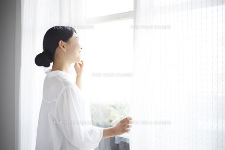 窓の外を眺める女性 FYI01033282