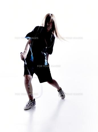 バトミントンをする女性のシルエット FYI01033283