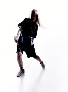 バトミントンをする女性のシルエットの素材 [FYI01033283]