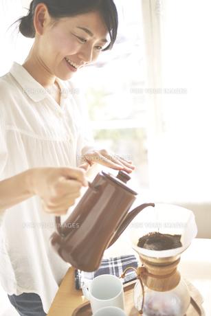 コーヒーを入れている女性 FYI01033298