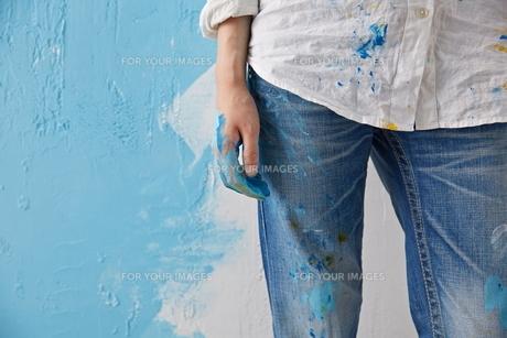 DIYをする女性 FYI01033306