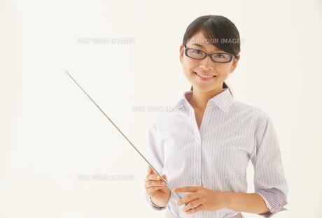 指示棒を持つ教師 FYI01033386