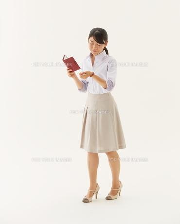 手帳を持つOL FYI01033391
