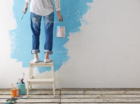 DIYをする女性 FYI01033409