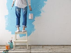 DIYをする女性の素材 [FYI01033409]