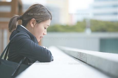落ち込む働く女性 FYI01033477