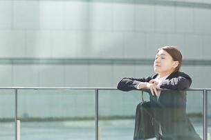 外で一息つく働く女性 FYI01033516