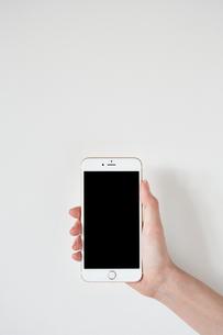スマートフォンを持つ FYI01033564