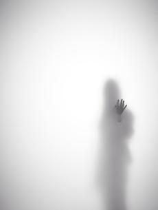 壁に手をつく女性のシルエット FYI01033599