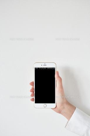 スマートフォンを持つ FYI01033608