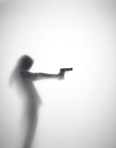 銃を持つ女性のシルエット FYI01033654