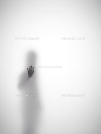 壁に手をつく女性のシルエット FYI01033655