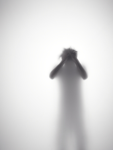 頭を抱えている男性のシルエット FYI01033674