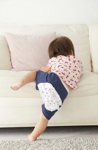 ソファーによじ登じのぼる赤ちゃん FYI01033692