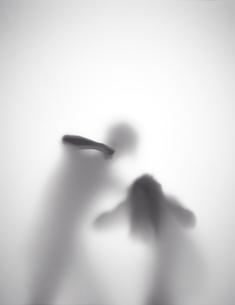 男が女性を殴ろうとしているシルエット FYI01033697