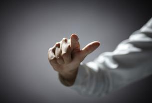 指を伸ばす女性の手 FYI01033718