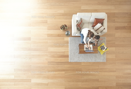 茶色の木の床とパソコンを使う女性達 FYI01034068
