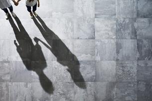光が差し込む石の床の上にいる男性と女性 FYI01034106