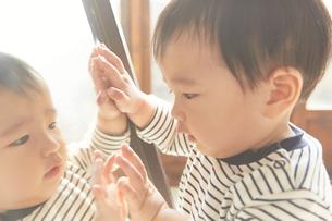 鏡を見ている子供 FYI01034188