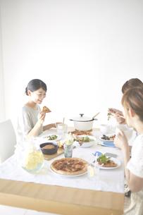 お家でランチする女性たち FYI01034208