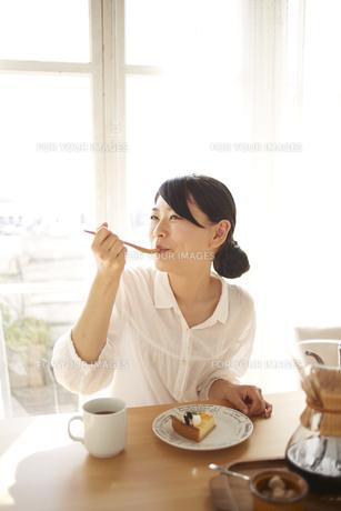 ケーキを食べている女性 FYI01034211