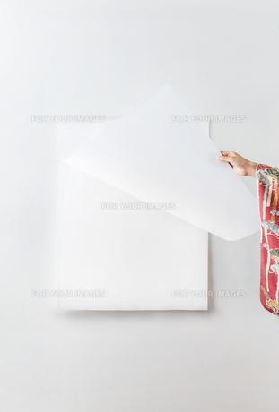 カレンダーをめくる着物を着た女性 FYI01034251