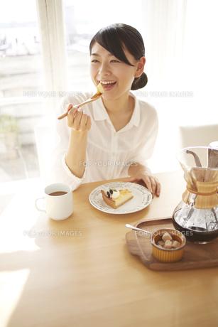 ケーキを食べている女性 FYI01034316