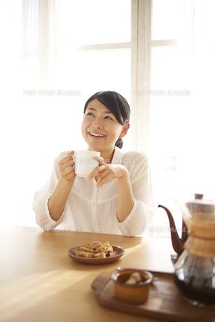 コーヒーを飲んでいる女性 FYI01034342