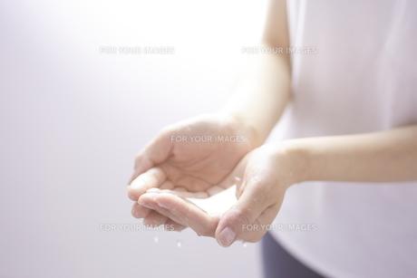 女性の手と水 FYI01034370