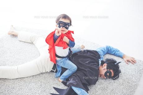 悪者をやっつけたちびっこスーパーマン FYI01034379