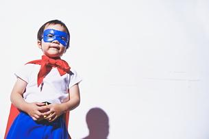 スーパーマンになりきっている男の子 FYI01034406