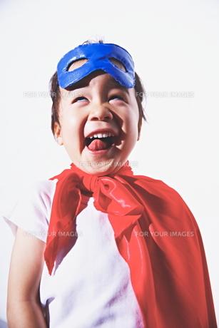 スーパーマンの格好をしてふざけている男の子 FYI01034410
