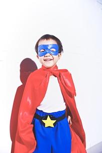 スーパーマンごっこをして喜んでいる子供 FYI01034420
